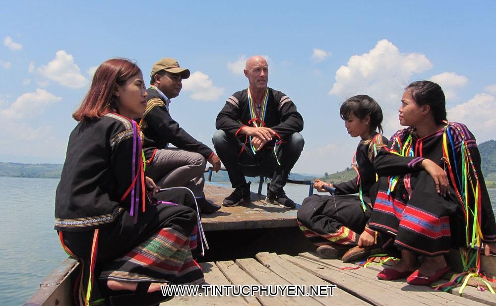 TRẦN LÊ KHA Diễn viên Jack David (giữa) cùng các chàng trai, cô gái trong trang phục truyền thống dân tộc Ê Đê dạo thuyền trên lòng hồ thủy điện Sông Ba Hạ - Ảnh: LÊ KHA